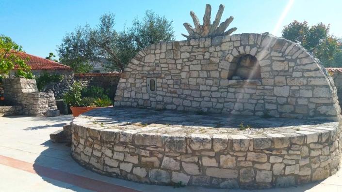 Sole di pietra nel piazzale Agriturismo Regno di Marzagaglia Gioia del Colle