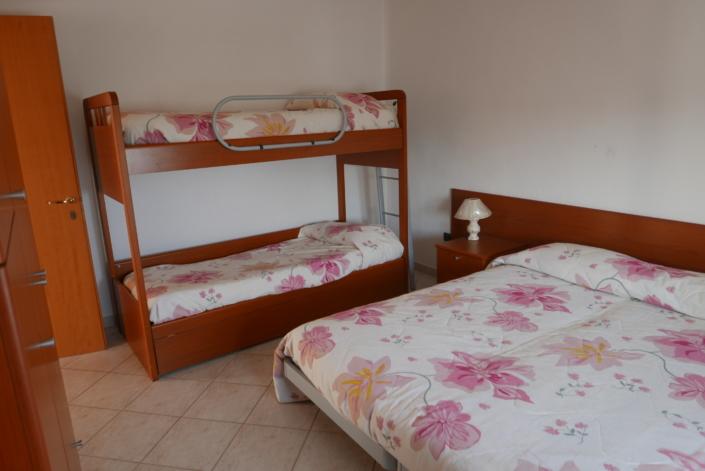 Stanza 4 posti 1 letto matrimoniale 1 letto a castello Agriturismo Regno di Marzagaglia Gioia del Colle