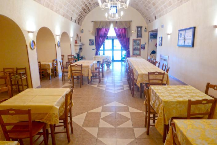 Sala ristorante vista ingresso Agriturismo Regno di Marzagaglia Gioia del Colle